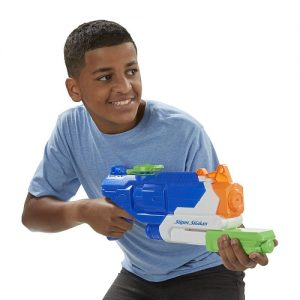 Chico con lanzador de agua
