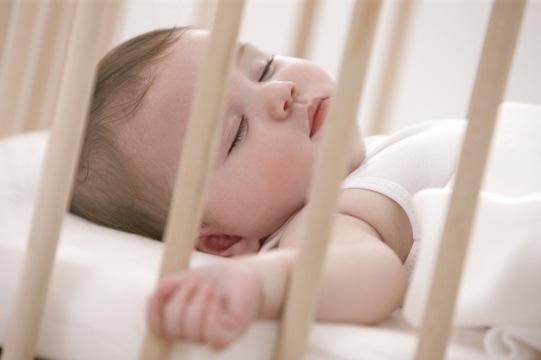 Resultado de imagen de bebe en cuna con vigilabebe