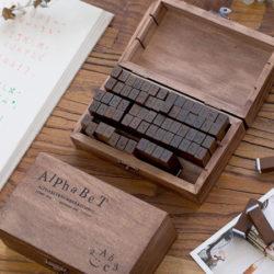 Juego de 70 sellos en madera con las letras del abecedario para manualidades por sólo 8,39€ con código.