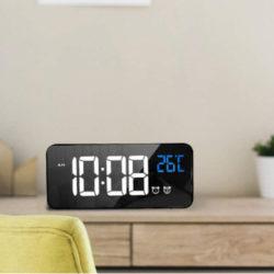Reloj despertador multifunción, activación por sonido, temperatura por 7,99€.