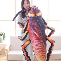 Cucaracha gigante de felpa; 55cm por 10,78€; 75cm por 22,20€.