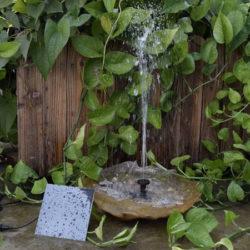 Bomba de agua solar decorativa para jardín por 11,99€.