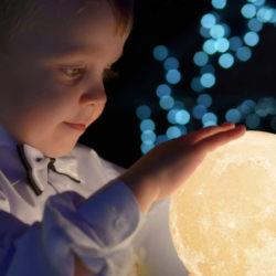 Lámpara led con forma de luna, control remoto 12cm, dos colores, batería por 6,84€.